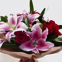 Букет с розов лилиум и червени рози