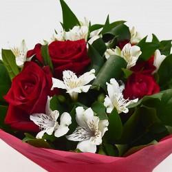 Букет с червени рози и алстромерия