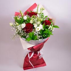Букет с червени рози и бели еустоми