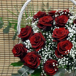 Кошница с 15 червени рози