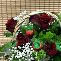 Кошница с 7 червени рози